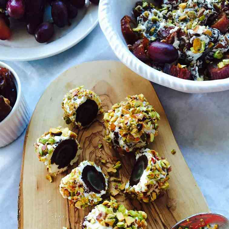 Dates, grapes and goat cheese super balls