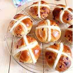 Hot cross buns with berries and white choc