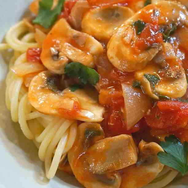 Pasta with Chicken, Tomato, Mushrooms and