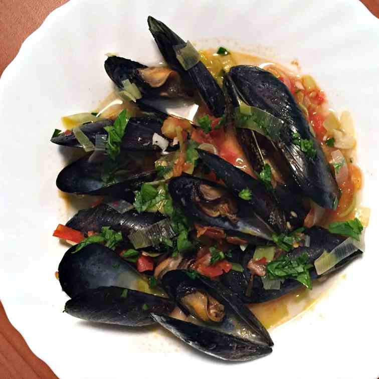 Mussels in Wine with Garlic, Leeks and Tom
