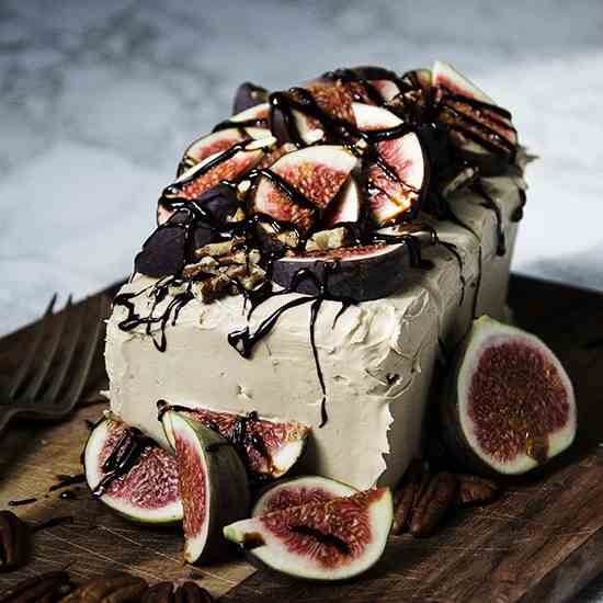Caramel cake with figs