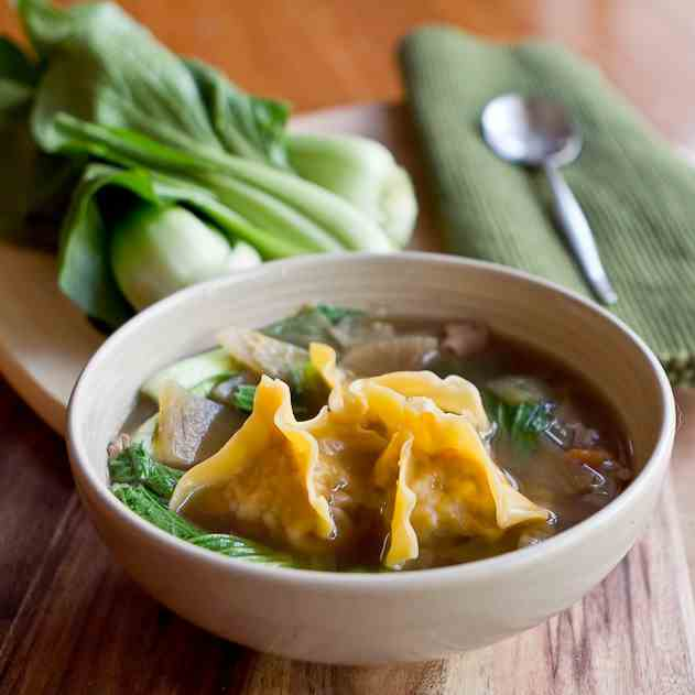 Fragrant chicken, vegetable & wonton soup