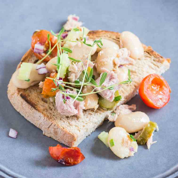 Tuna Salad with Beans and Cherry Tomatoes