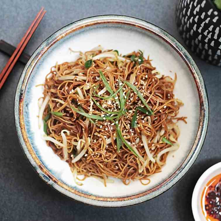 Simple stir-fried noodles with bean sprout