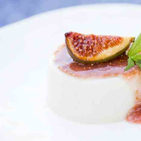 Vegan panna cotta with figs