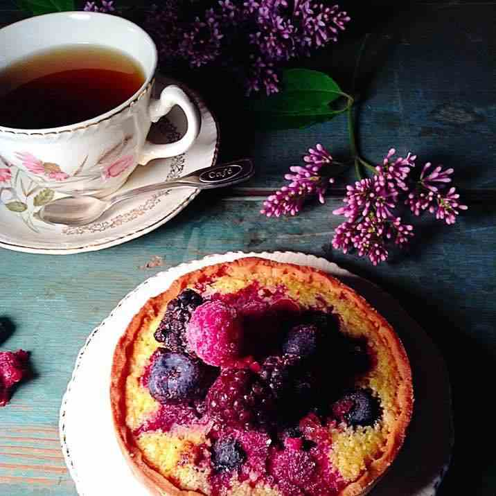 Frangipane tart with berries