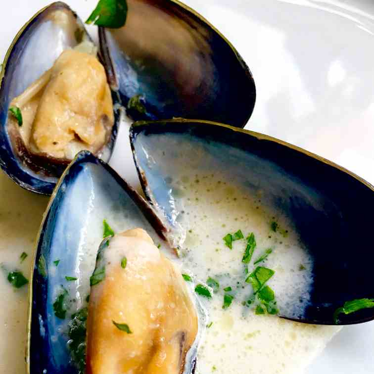 Garlic - White Wine Mussels (Moules Marini