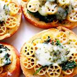 Bruschetta with Spinach Pasta Topping