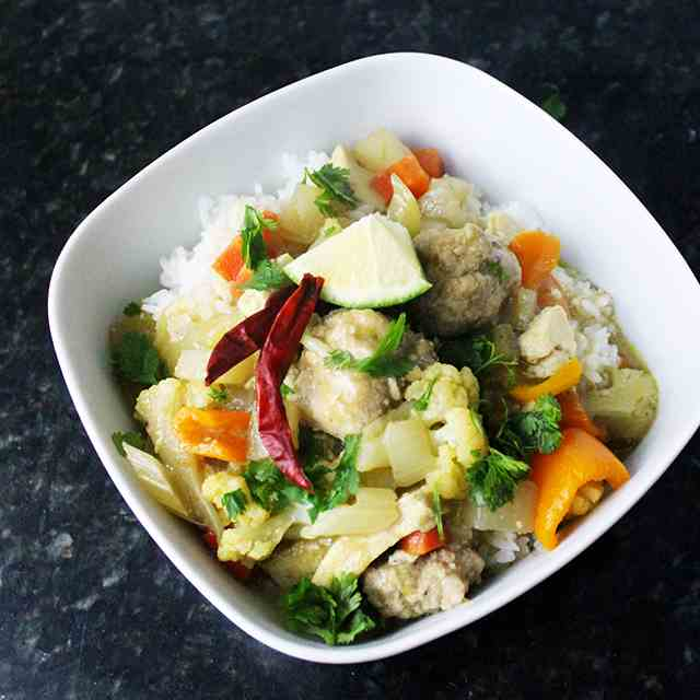 Spicy Green Curry with Pork Meat-Balls