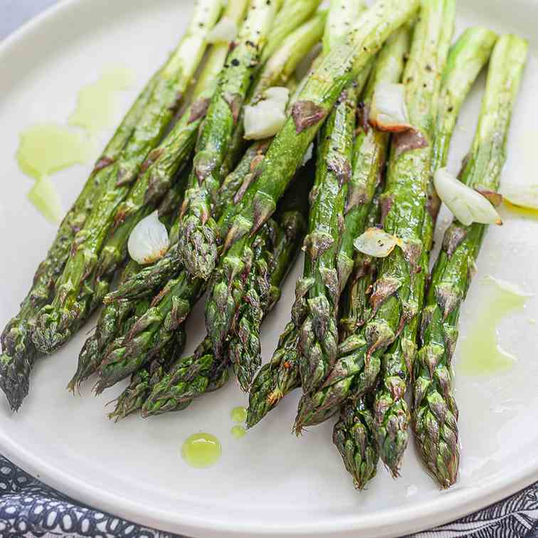 Grilled asparagus with garlic and lemon