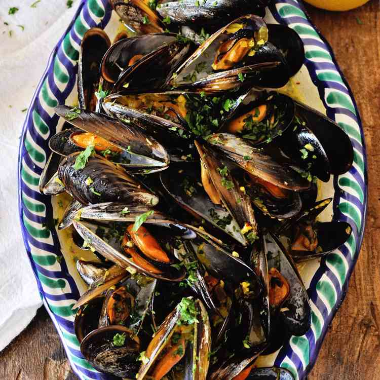 Steamed Mussels with Garlic Saffron Sauce