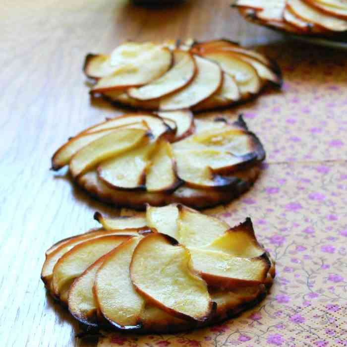 Apple tartlets with ginger, lemon and nuts