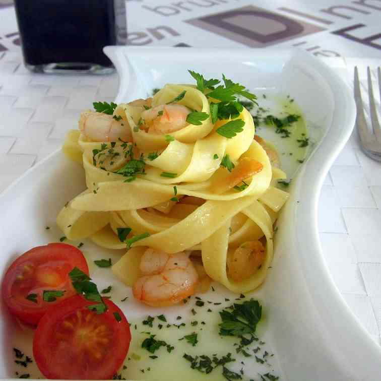Pasta with shrimps, garlic and olive oil