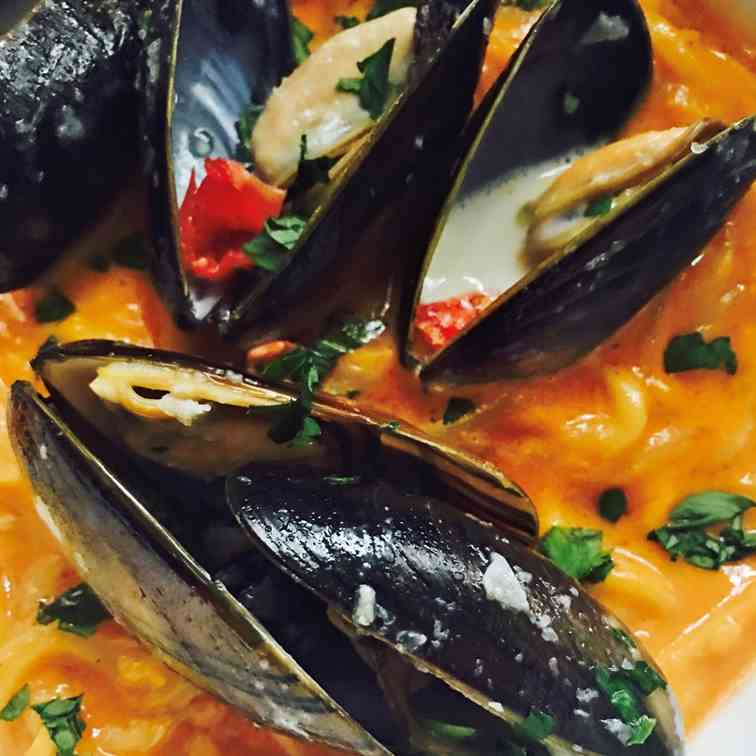 Mussels - Red Pepper Sauce Zucchini
