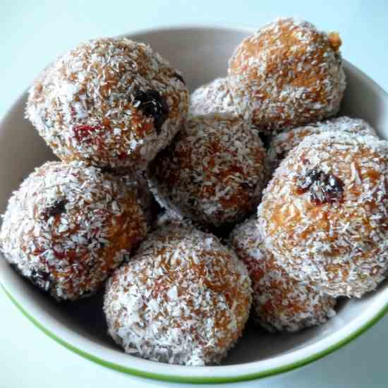 Energy Balls with Almonds, Cacao and Cocon