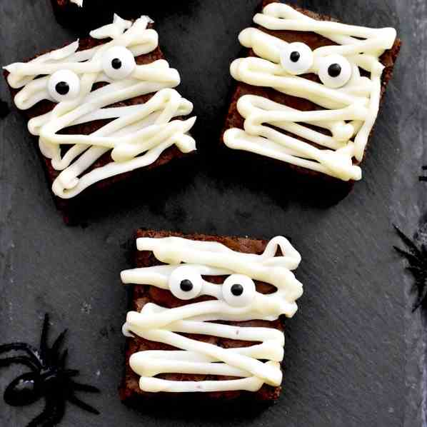 Easy Mummy Brownies - Halloween Desserts